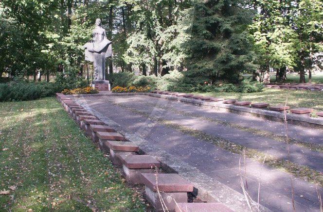 г. Шилуте. Памятник на воинском кладбище по улице Летувининку, где похоронены 359 советских воинов, погибших в 1944 году, в т.ч. 11 неизвестных.