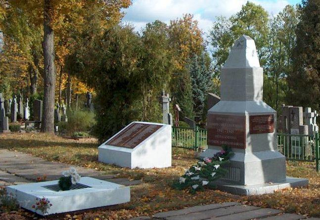 п. Крекенава Паневежского р-на. Памятник на братской могиле, в которой похоронено 119 советских воинов, в т.ч. 32 неизвестных.