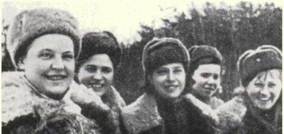 Снайперы, слева направо: А. Шляхова, П. Ветрова, Н. Белоброва, И. Голиевская, и В. Артамонова. Сражаясь на Калиниском и 2-м Прибалтийском фронтах, эта пятерка уничтожила более 350 врагов.