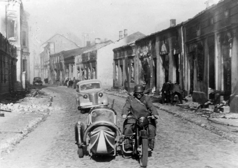 Мотоцикл BMW R71 на улице разрушенного польского городка. 1939 г.