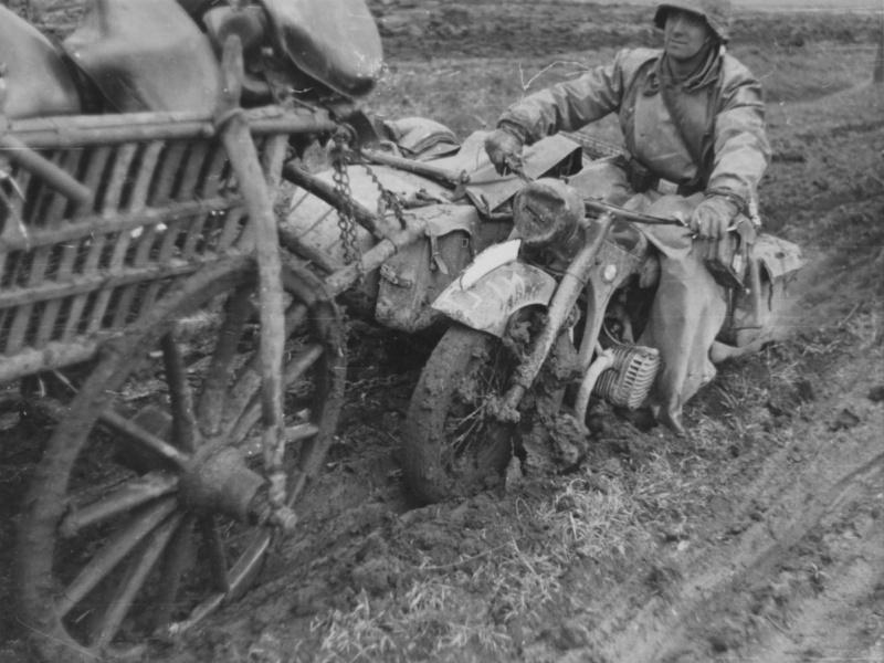 Мотоцикл BMW R-12 на буксире. Россия. 1941 г.