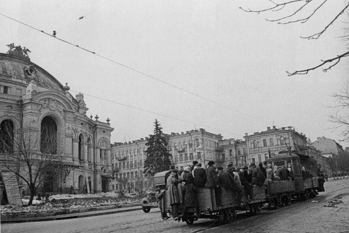 Улица Владимирская, так ездили на трамваях в освобожденном Киеве. Начало 1944 г.