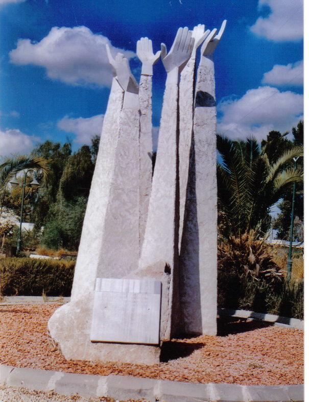 г. Офаким. Памятник Победы был установлен в 2005 году по проекту скульптора-художника Олега Фирера.