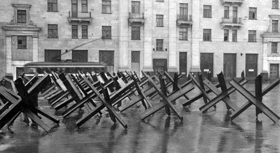 Противотанковые заграждения на Большой Дорогомиловской улице Москвы. Октябрь 1941 г.