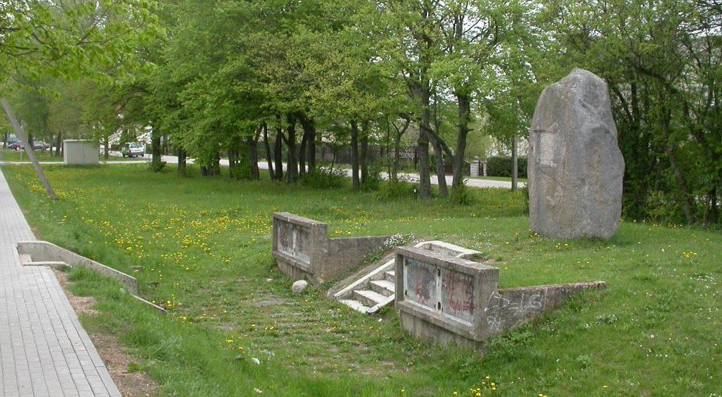 г. Шилуте. Памятный камень по улице Жальгирё, установлен в память о боевых действиях подразделений советских воинов, освободивших район.