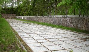 п. Берзпилс, край Олайнес. Воинское кладбище, где похоронено 600 советских воинов, в т.ч. 495 неизвестных. На кладбище построен мемориал, который представляет собой две каменные стены - с северо-западной и юго-западной сторон. Перед юго-западной стороной поставлена бетонная клумба с цветами и местом для вечного огня.
