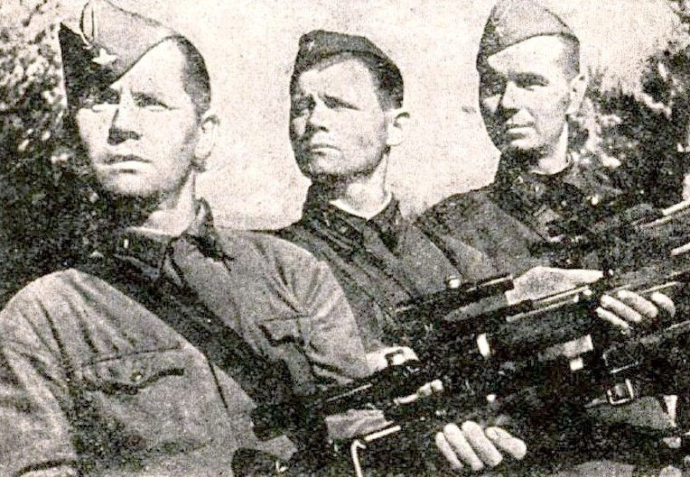 Снайперы, слева направо: Н.Семенов, лейтенант Д. Калинов и сержант Никитин. Ленинградский фронт. Сентябрь 1942 г.