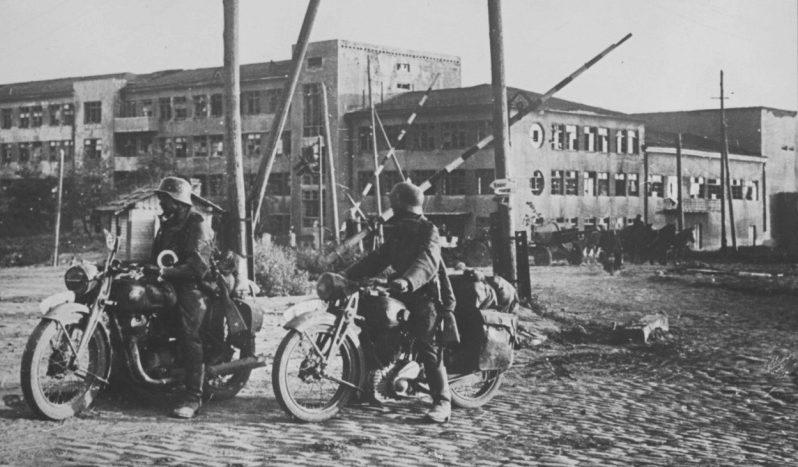 Мотоциклисты в Ростове-на-Дону. 1941 г.