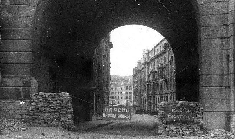Пассаж. Вид с ул. Заньковецкой в сторону Крещатика (24-26). 1944 г.