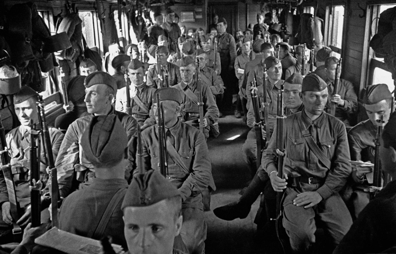 Красноармейцы в вагоне электрички едут на защиту Москвы. Сентябрь, 1941 г.