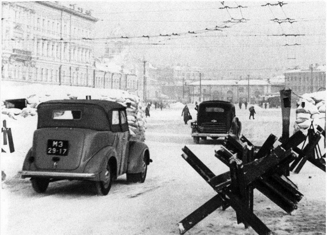 Большая Калужская улица у Октябрьской площади. Зима, 1942 г.