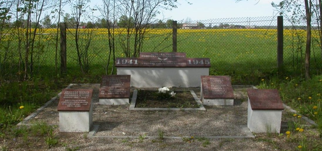 п. Швекшна. Шилутского р-на. Братская могила по улице Жальгире, в которой похоронено 20 воинов, погибших в 1944 году.