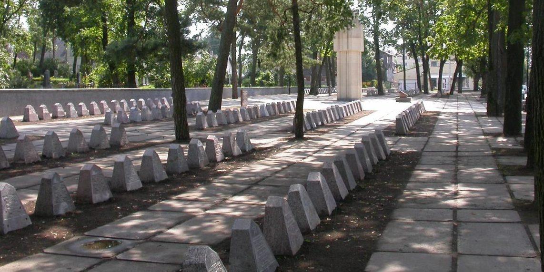 г. Паневежис. Воинское захоронение по улице Крекенавос на православном кладбище, где похоронено 870 советских воинов, в т.ч. 4 неизвестных. Скульптор памятника - В. Вильджюнайте.