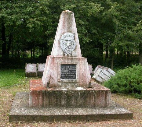 г. Куршенай Шяуляйского р-на. Памятник на воинском кладбище по улице Павенчюг, где захоронено 582 воина, погибших в августе 1944 года.