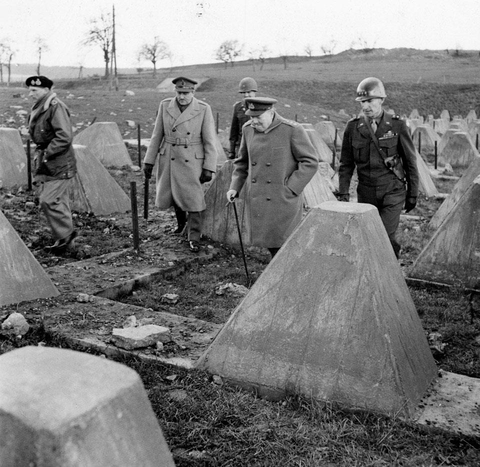 Уинстон Черчилль с фельдмаршалом Аланом Бруком, фельдмаршалом Монтгомери и генералом Симпсоном (командующий 9-й армией США) среди «зубов драконов» на линии Зигфрида около Аахена. 4 марта 1945 г.