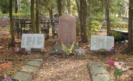 п. Петерниеки, край Олайнес. Памятник на братских могилах, в которых похоронено 93 советских воина, в т.ч. 31 неизвестный. На братских могилах вдоль дорожки к памятнику расположено 42 бетонных индивидуальных памятных знака.