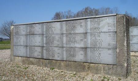 Одна из мемориальных стен на кладбище.