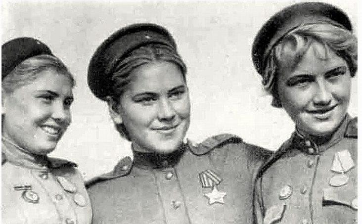 Снайперы, слева направо: Александра Екимова, Роза Шанина и Лидия Вдовина. 1944 г.