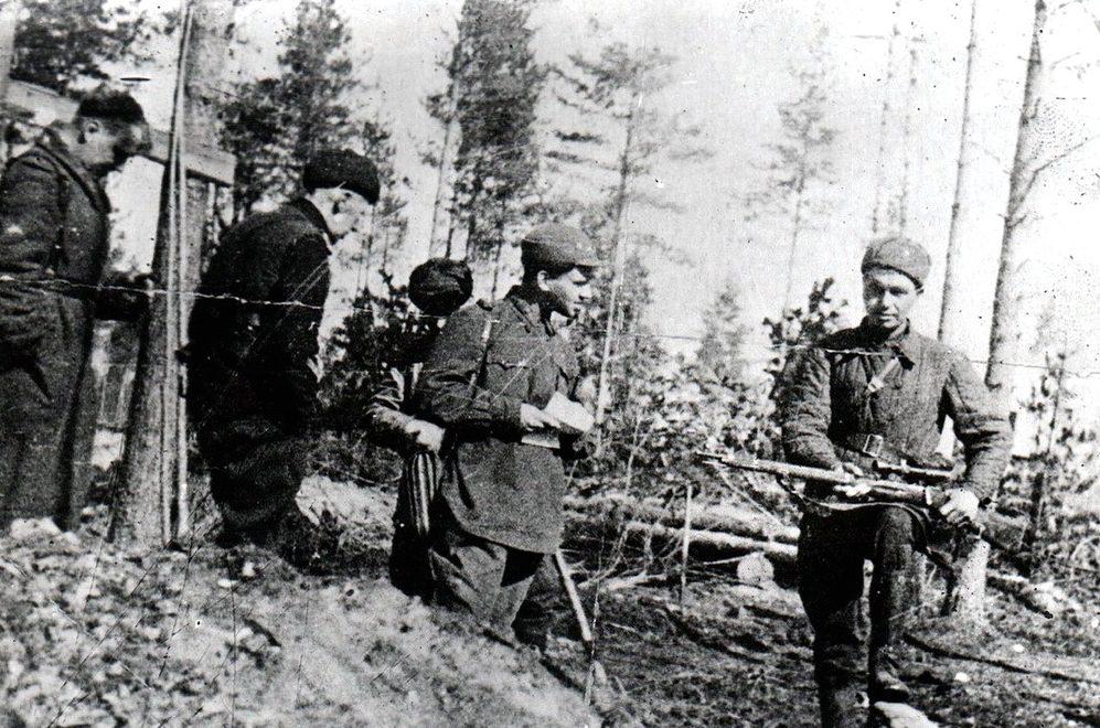 Снайпер Н. Никитин с боевыми товарищами. Ленинградский фронт, 1942 г.