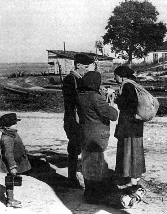 Полицай останавливает женщин с продуктами на входе в Киев. Лето 1942 г.