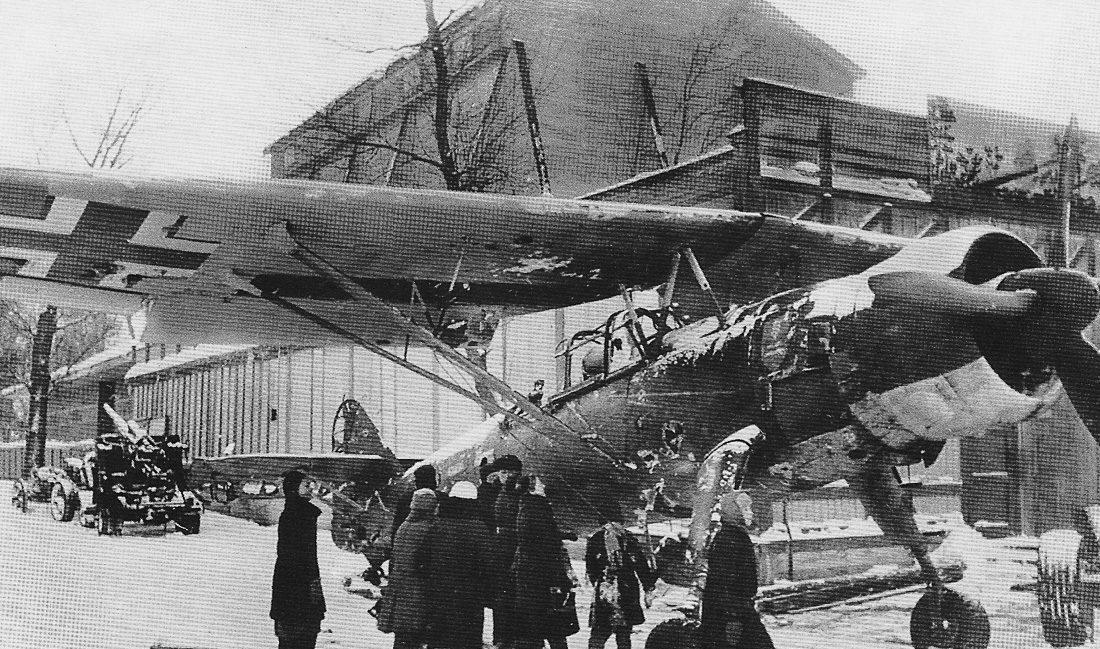 Трофейный самолет Хеншель 126 на выставке в Москве. Зима, 1942 г.