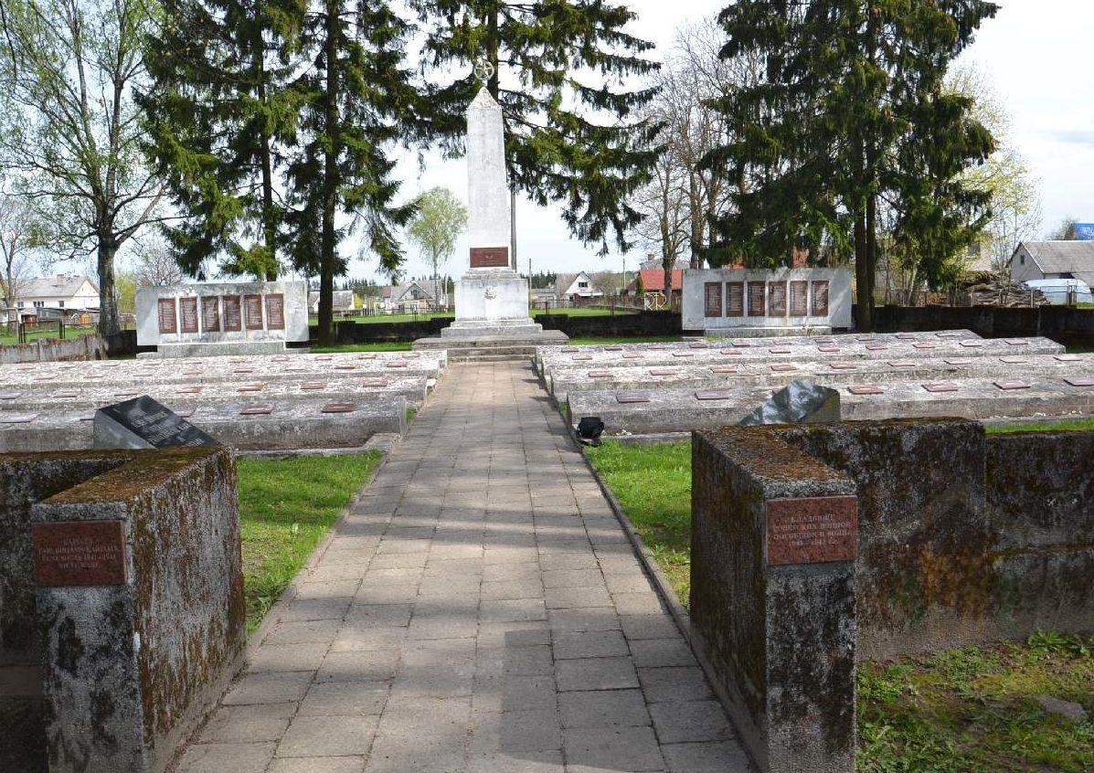 г. Ширвинтос. Памятник на кладбище по улице Вильняусг, где захоронено 313 воинов, в т.ч. 8 неизвестных, 5-го стрелкового корпуса, погибших в июле 1944 года.