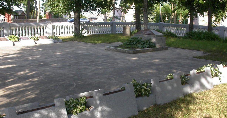 п. Мешкуйчяй Шяуляйского р-на. Воинское кладбище в городском сквере, где перезахоронены останки 147 воинов из 6 окрестных сёл, погибших в июле 1944 года. Среди них – 28 неизвестных и Герой Советского Союза Цыбулёв А. И.