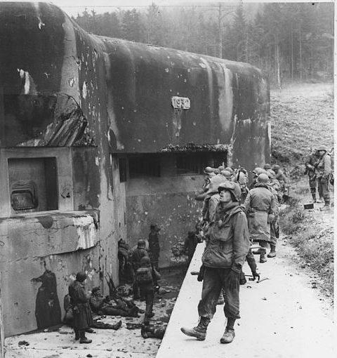 Американские солдаты у занятого бункера. 1945 г.