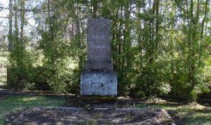 п. Домополе, волость Берзпилс, край Балву. Памятник по улице Дарзу на братской могиле, в которой похоронено 12 неизвестных советских воинов и партизан, погибших в годы войны.
