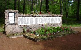 х. Смилтниеки, край Олайнес. Памятник на кладбище, где похоронено 150 воинов, погибших в 1944 году. Среди них 6 неизвестных.