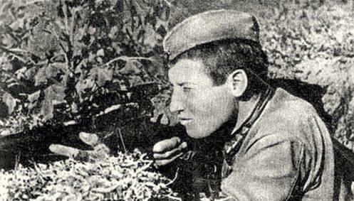 Старшина Михаил Сурков на позиции. Сентябрь 1942 г.