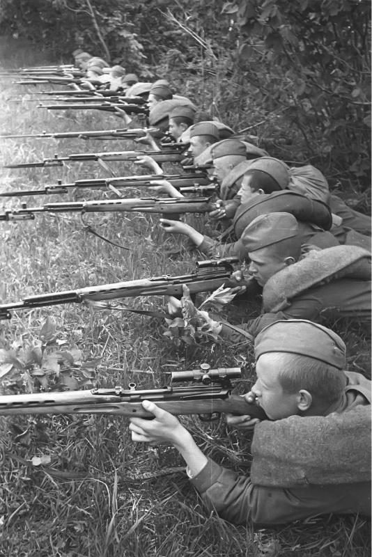 Курсанты школы снайперов на практических занятиях.