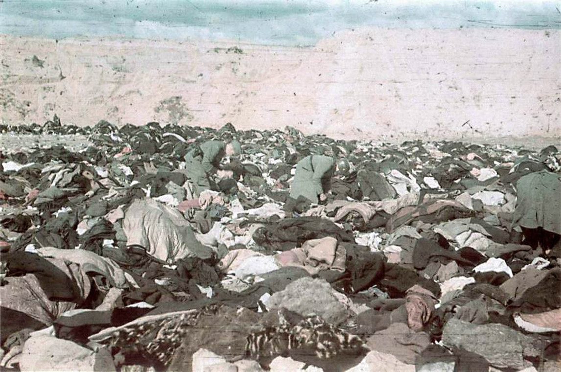 Эсэсовцы роются в вещах расстрелянных в Бабьем Яре. 1 октября 1941 г.
