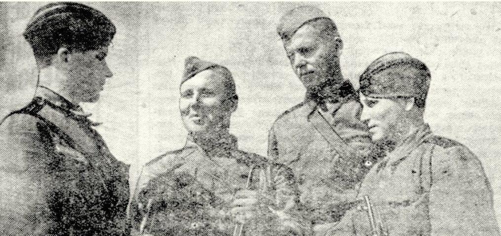 Снайперы Волховкого фронта, слева направо: старший лейтенант И. Изегов, ефрейтор В. Орлов, сержант п. Богданов и ефрейтор О. Бронникова. Май 1943 г.