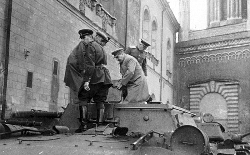 Сталин осматривает СУ-152 на территории Кремля. Весна, 1942 г.