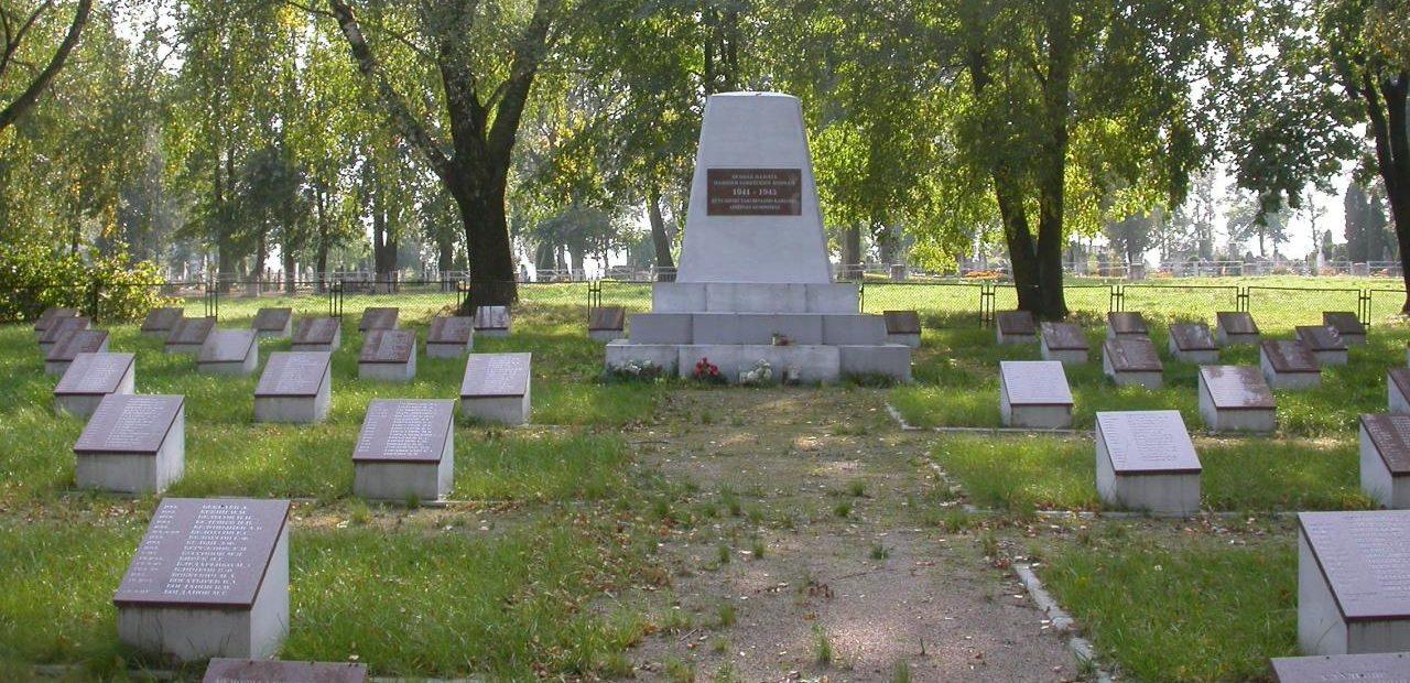 п. Бартининкай Вилквишкского р-на. Братская могила воинов, в которой захоронено 1 276 советских воинов, погибших 18 августа 1944 года. Среди них – 339 неизвестных.