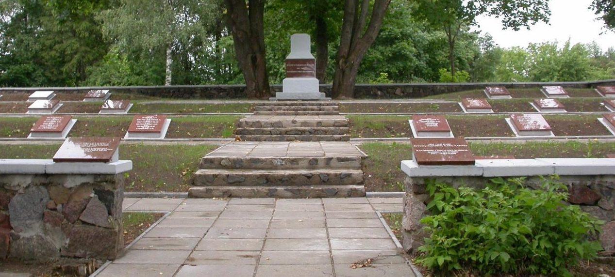 п. Рагува Паневежского р-на. Братская могила, в которой похоронены останки 229 советских солдат, в т.ч. 40 неизвестных.