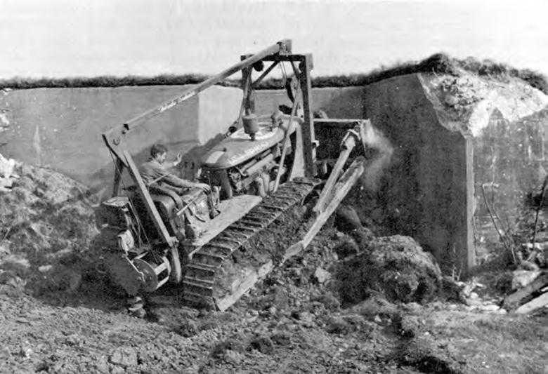 Американцы засыпают входы в ДОТы, чтобы их повторно не заняли блуждающие отряды немцев. 1945 г.