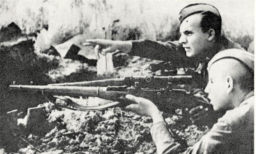 Снайпер Е.Николаев со своим учеником Виноградовым на огневой позиции. 1942 г.