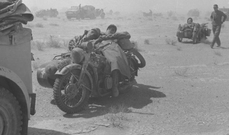 Немецкие солдаты спят на мотоцикле BMW с коляской. Африка. 1941 г.