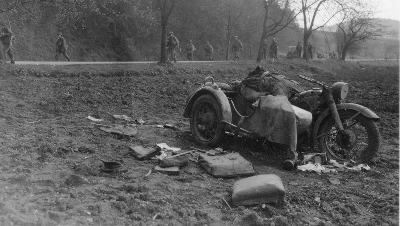 Погибший мотоциклист. Ленхаузен. Германия. 1945 г.