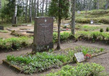 п. Клинтайне, край Плявиню. Памятник на воинской братской могиле на территории кладбища Бривкапы. На кладбище похоронено 16 неизвестных советских воинов.