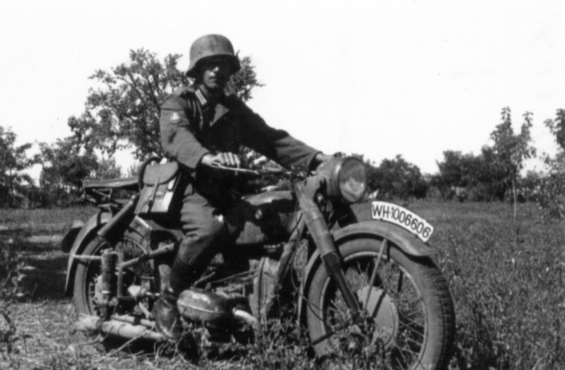Солдат на мотоцикле BMW R66. Украина. 1941 г.