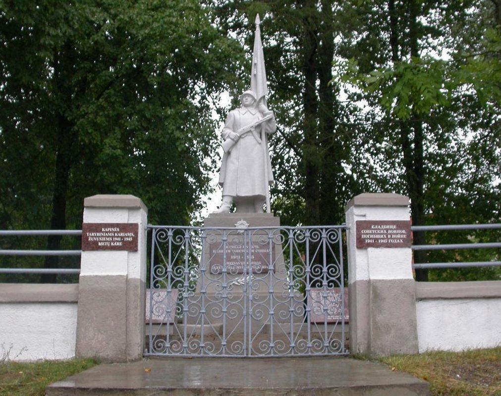 п. Жасляй Кайшядорского р-на. Памятник на городском кладбище по улице Витауто, установлен на братской могиле, в которой похоронено 397 воинов 29-го танкового корпуса, 215-й и 184-й стрелковых дивизий, погибших в июле 1944 года в окрестностях Жасляй.
