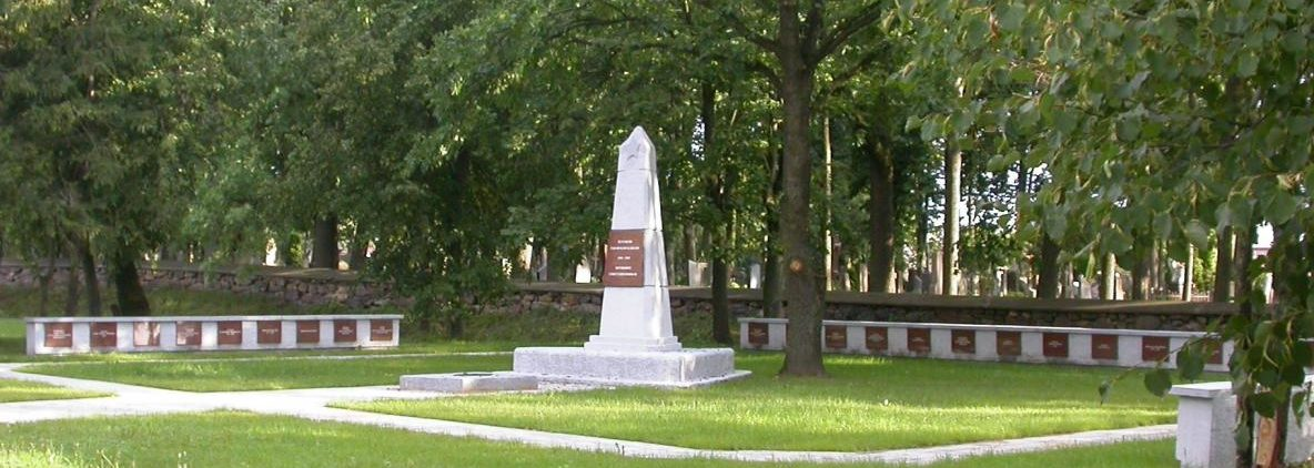 п. Смильгяй Паневежского р-на. Братская могила по улице Панявежепос у гражданского кладбища, в которой похоронено 104 воина, в т.ч. 79 неизвестных.