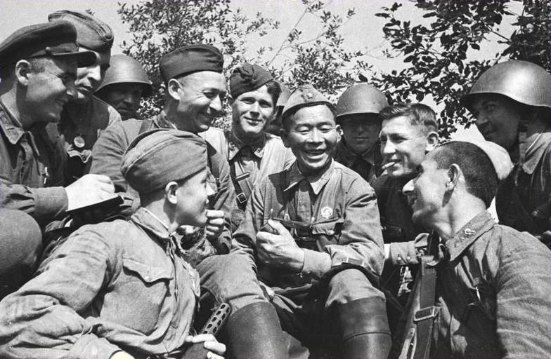Старший сержант С. Номоконов с боевыми товарищами. Северо-Западный фронт. Июнь 1943 г.
