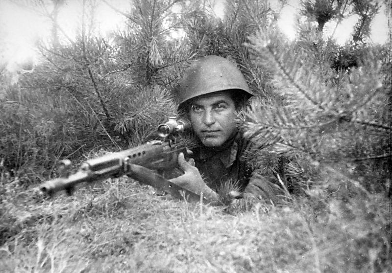 Советский снайпер с СВТ-40 на позиции на Волховском фронте. 1942 г.
