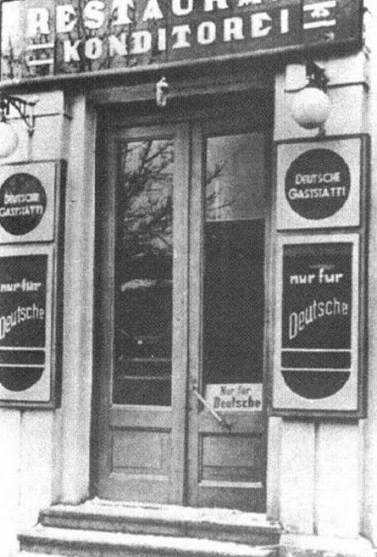 Ресторан «Театральный», угол Фундуклеевской и Владимирской. Надпись на входе: Только для немцев.