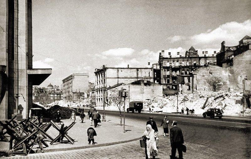 Крещатик. Вид от ЦУМа тогда. 1944 г.
