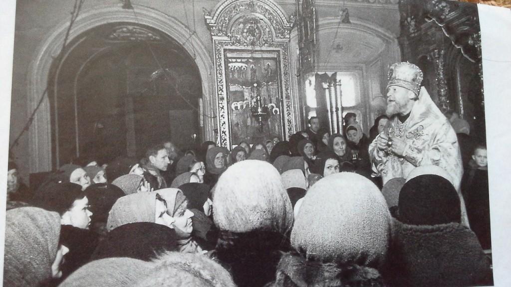 Митрополит Николай (Ярушевич) за проповедью в храме Преображения Господня. Осень,1942 г.
